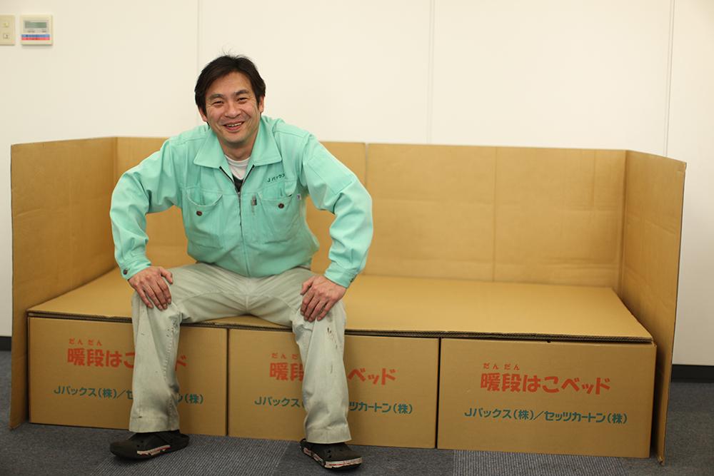 暖段はこベッドに座る前田さん